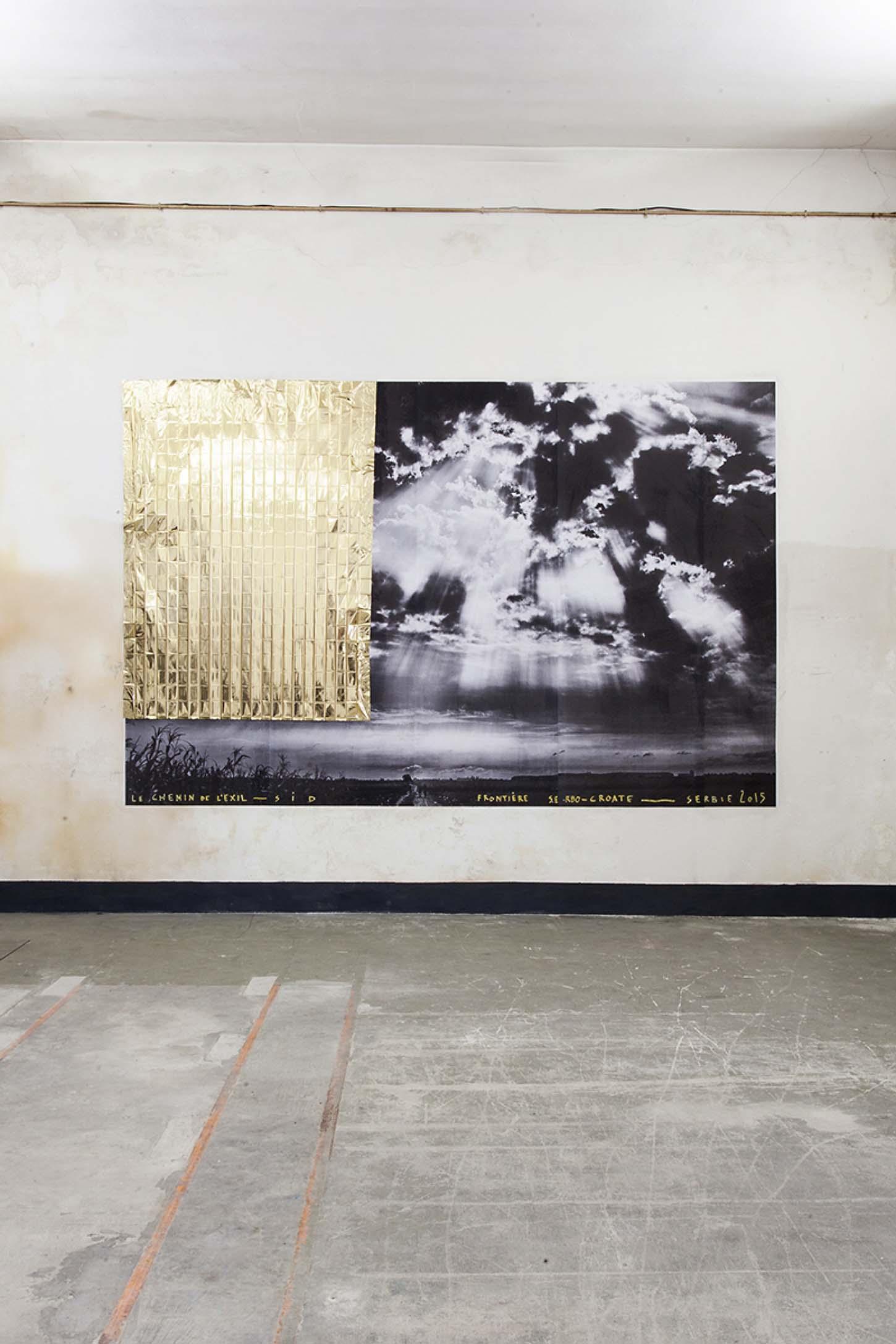 Louis Jammes, Le chemin de l'exil, 2015Frontière serbo-croate, Sid, Serbie, affiche 400 x 300 cm et couverture de survie