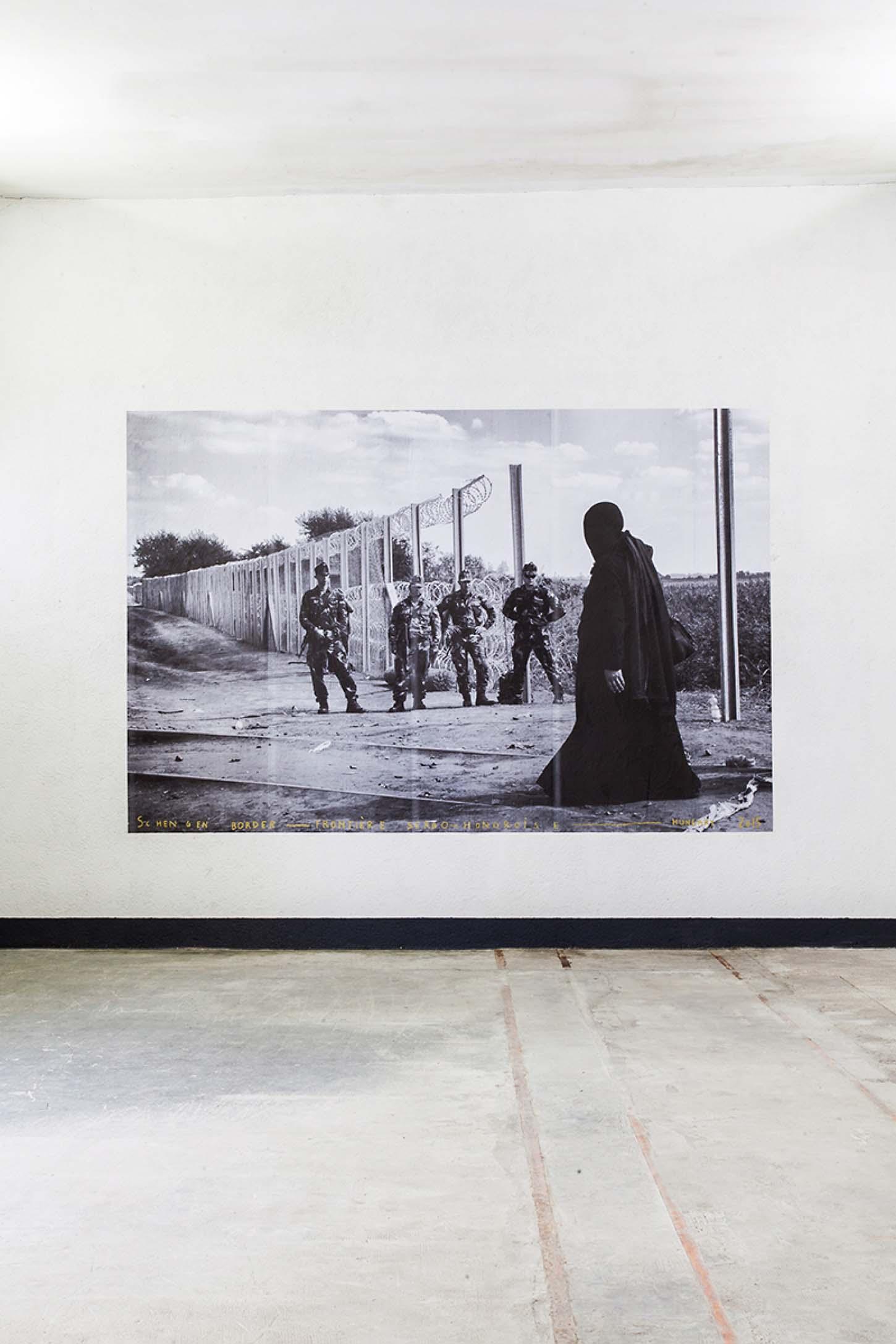 Louis Jammes, Schengen border, 2015Frontière serbo-hongroise, Tovarnik,Hongrie, affiche 400 x 300 cm