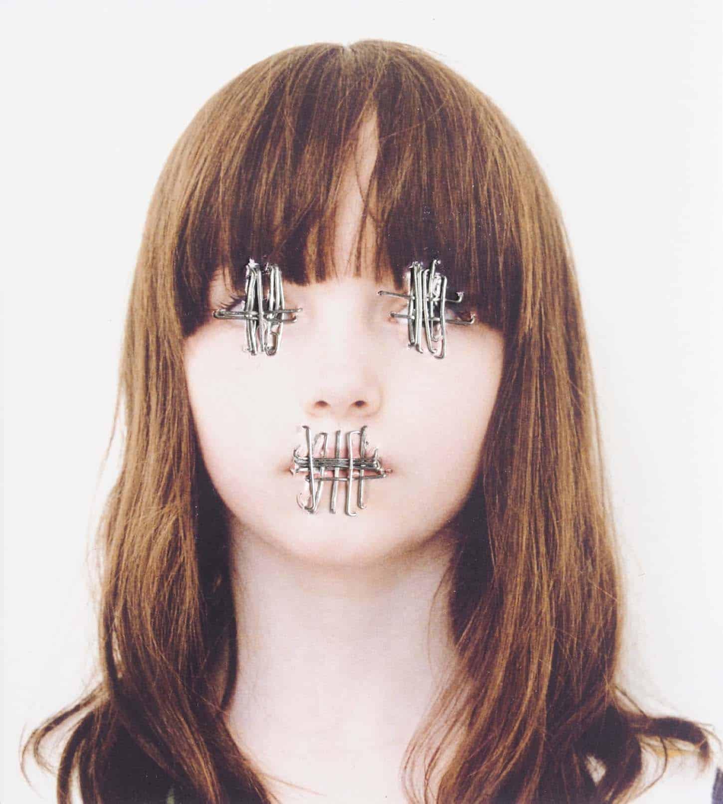 Eric Pougeau, La jeune fille, photographie agrafée, 11,5 x 12,5 cm.cred. photo Jb. Mariou