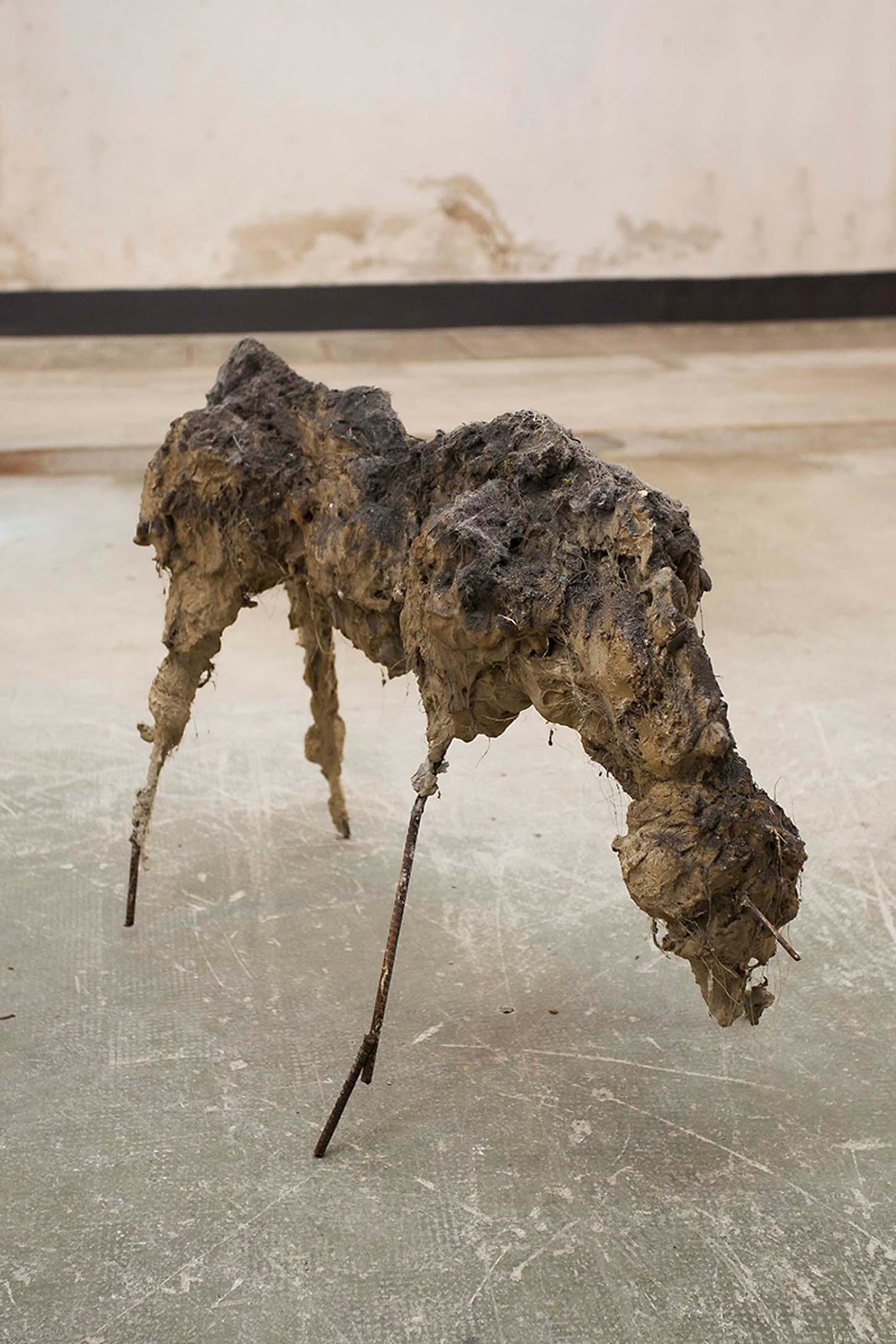 Espace A VENDRE, le Château, comme dans un jardin.  Lionel Sabatté  Herbivore #2 Ferraille, béton, fibres végétales, curcuma, poussière, 60 x 86 x 48 cm, 2014
