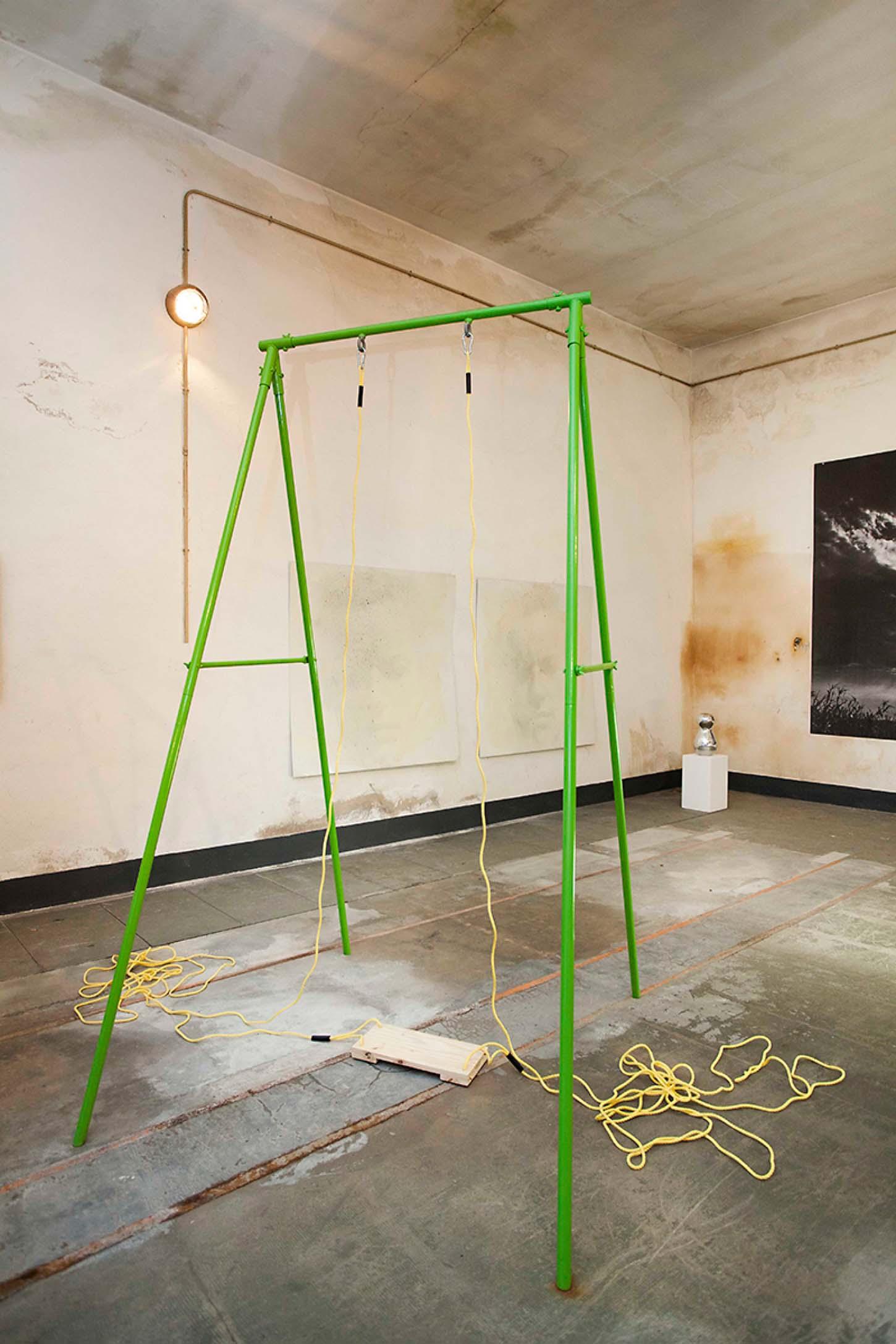 Espace A VENDRE, le Château, comme dans un Jardin.  Thierry Lagalla Dans la série la vie au trop : Trop long acier peint, bois, corde, 220 x 132 x 130 cm, 2013