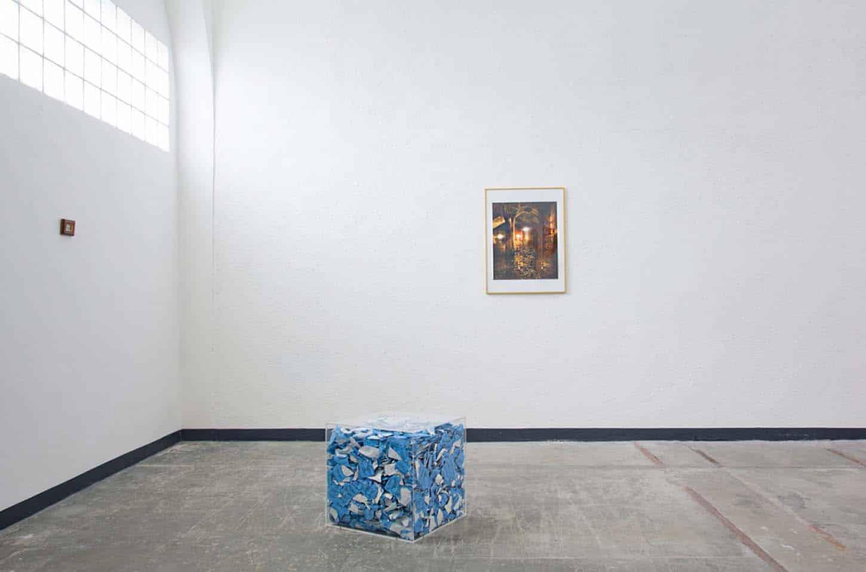 • Le château d'Espace A VENDRE, Jean-Baptiste Ganne,Schatzbildung. Until September 18, 2021, the Capital illustred 1998-2003, Set of 48 color photographs laminated on aluminum, about 10 x 3m