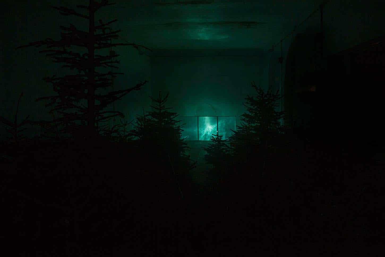 Espace A VENDRE.Vue de l'exposition: Eva Medin - SolsticeMousse, châssis en bois, miroir vinylique, source lumineuse