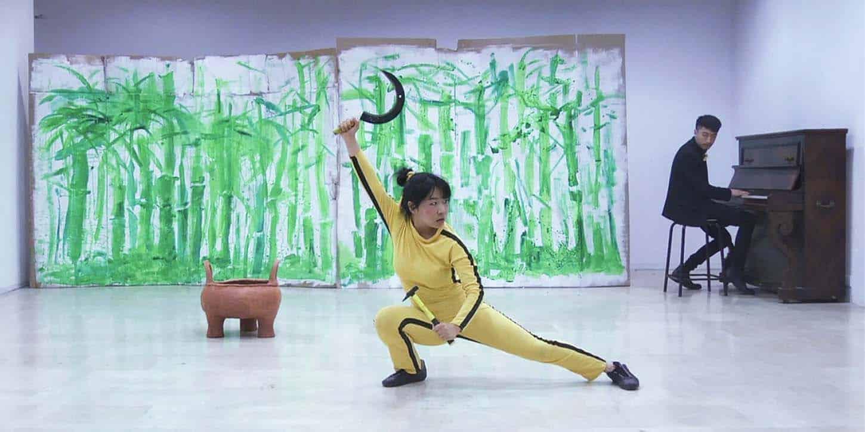 Qingmei Yao, Danse! Danse! Bruce Ling!,Performance enregistrée en vidéo. performeurs:BruceLing et pianiste-Chen Junkai, costumière:Sharon Jones, durée: 12 min, 2013. 5 ex.