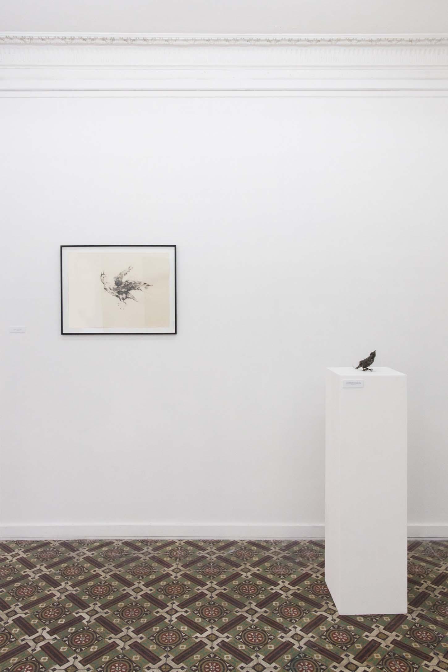 De gauche à droite :Lionel Sabbaté :Poussière volatile du 10 août, 2013,poussière et vernis sur papier, 65 x 50 cmPoussière bec rouge du 24 août 2014, 2014,poussière de l'IFM, structure métallique, vernis, 15 x 16 x 7 cm