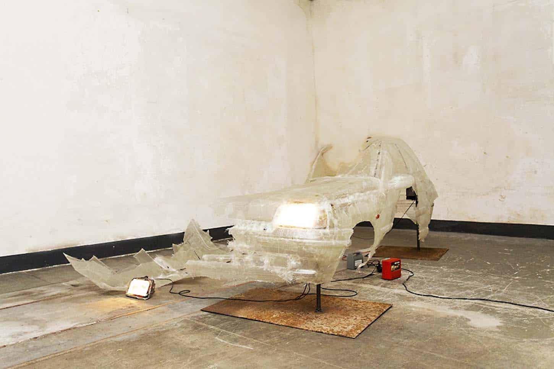 Charles Sanchez, Nymphose, 2016, résine epoxy, transformateur, métal, phare, 120 x 60 x 130 cm. Photo.S. Guillemin
