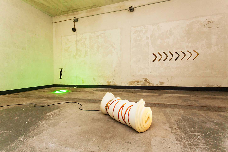 Espace A VENDRE: vue d'ensemble, Le Château ANONYMOUSPremière exposition personnelle de Charles Sanchez.