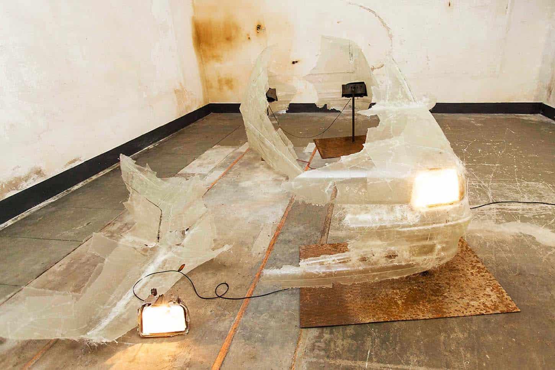 Espace A VENDRE, exposition Anonymous, par Charles Sanchez, Nymphose, 2016, résine epoxy, transformateur, métal, phare, 120 x 60 x 130 cm. Photo.S. Guillemin