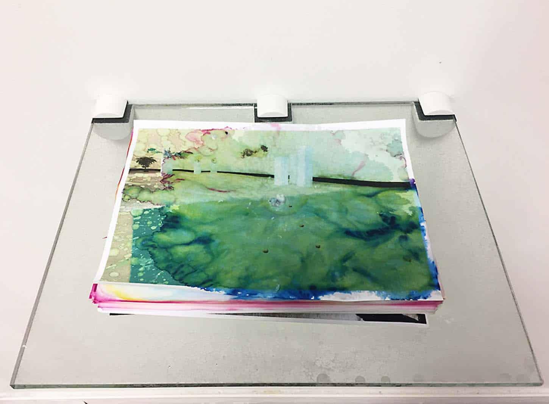 Espace A VENDRE. exposition collective, So Select !Michel BlazyGoutte à goutte,Goutte à goutte, ramette de papier, eau, verre dimensions variables,
