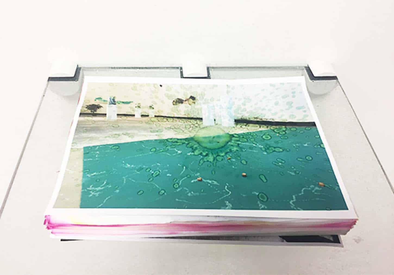 Espace A VENDRE, exposition collective, So Select!Michel BlazyGoutte à goutte,Goutte à goutte, ramette de papier, eau, verre dimensions variables,